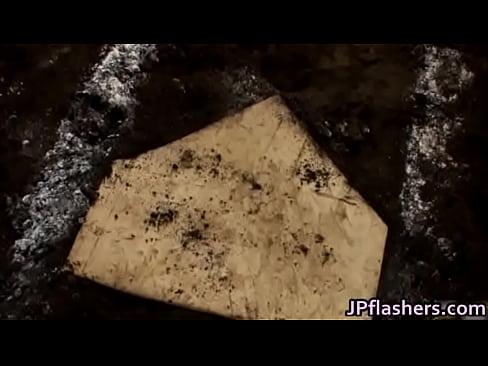ノーパンの素人女性の無料エロ動画。え、ノーパンで野球!