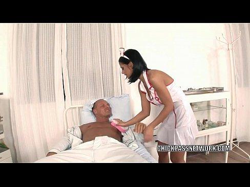 Enfermeira negra Angelica da a buceta na cama de hospital