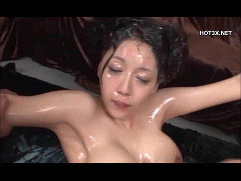 爆乳熟女がめちゃくそ精子が出る男性相手に激しいセックスを行い、最後はシャワーのように精子を浴びる。