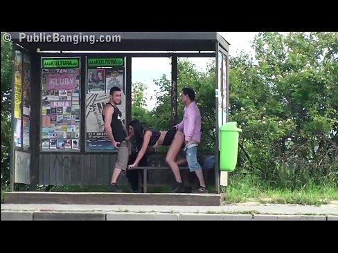 Garota peituda trepando em parada de onibus