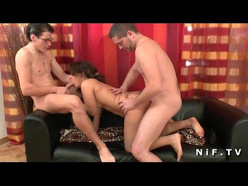 Француженке понравилось как двое парней по очереди трахнули её в жопу