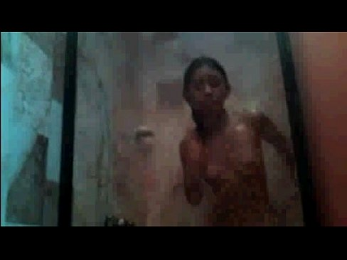 Putita bañándose por webcam