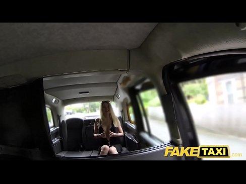 Taxista trepando com loira doida por pica