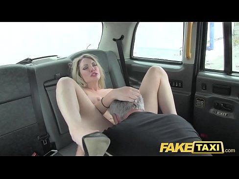 Taximetristul Prinde O Clienta Beata Care Se Excita Cand Vorbeste Cu El