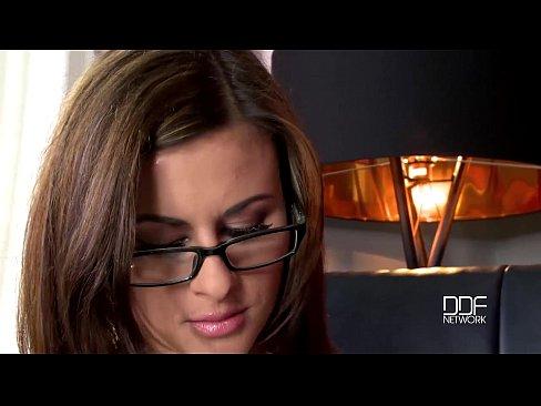 Tanara Devine Curul Futut De Un Client De-Al Ei Mai Batranel