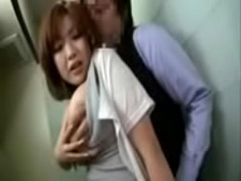 ミニスカの熟女の無料jukujyo動画。ミニスカートにパンスト、ハイヒールが似合う巨乳の美熟女OLが会社でエッチ!