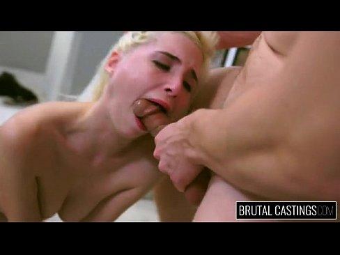 Юная блондинка приглашена на грубый порно кастинг