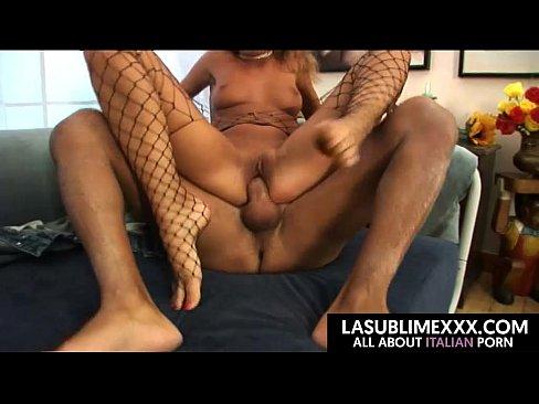 Sexo anal com uma morena quente no bucetas porno