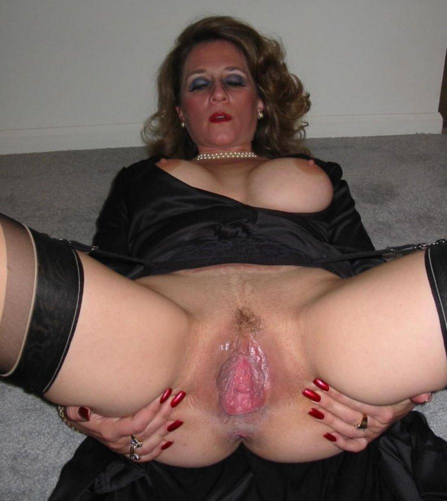 Дамы с раздвинутыми ногами огромными пиздами 12