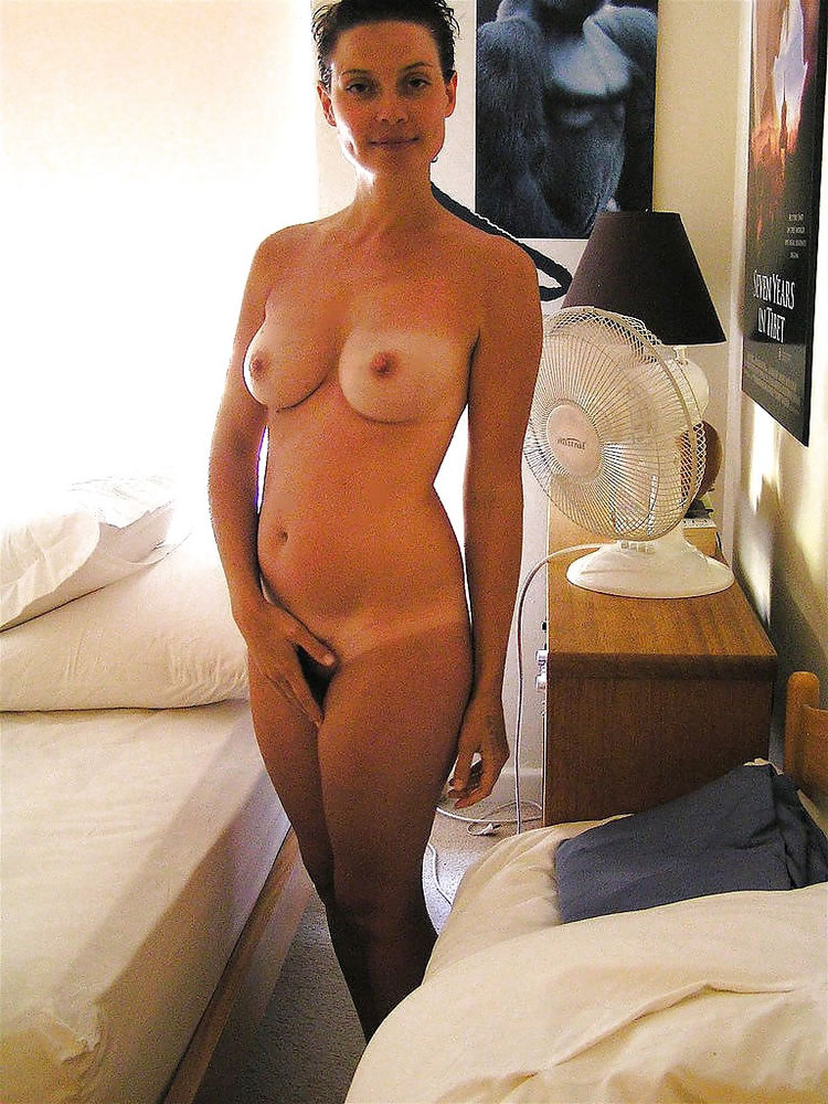 Nude wife poses for porn