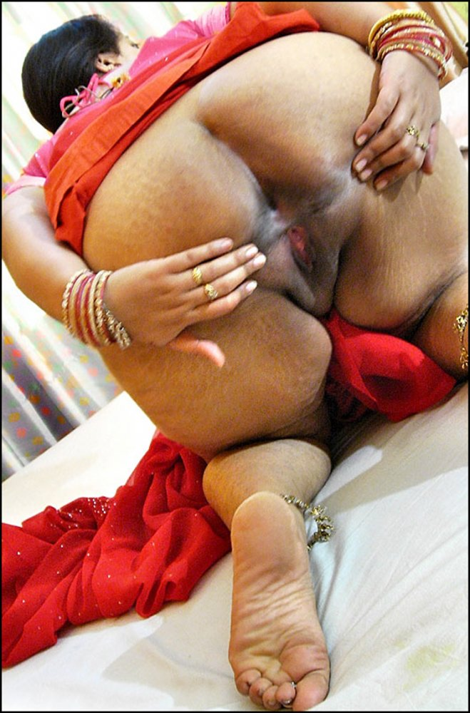 Desi bhabhi showing big boobs and ass