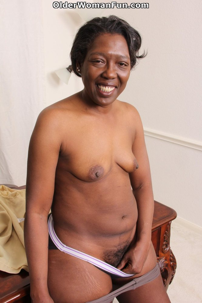 Ebony granny amanda peels off her pantyhose and plays 10