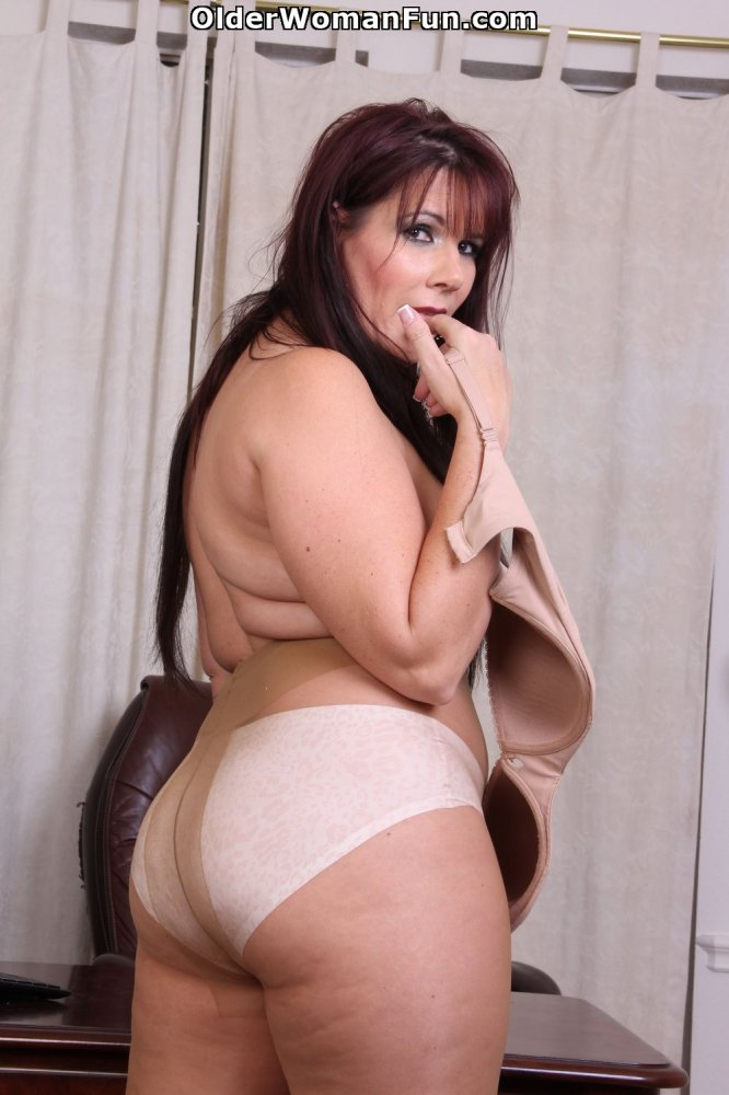 43-Year-Old Mom Lauren Lowers Her Pantyhose, Photo Album -3125