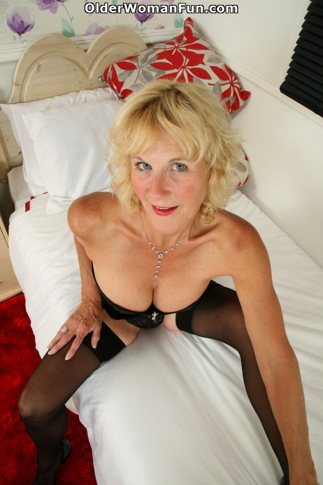 51 Year Old Uk Milf Molly Maracas Spreads Her Mature Pussy -5444