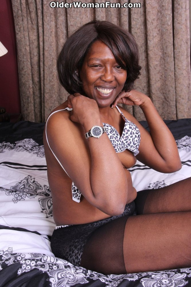 Ebony granny amanda peels off her pantyhose and plays 8