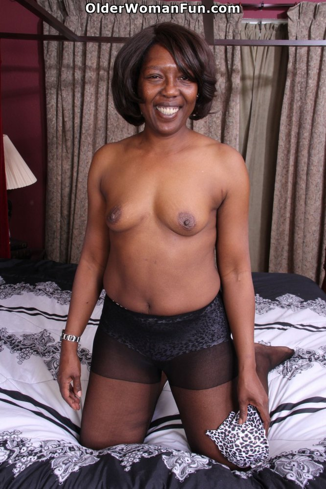 52 Year Old Ebony Milf Amanda Strips Off And Starts -5775