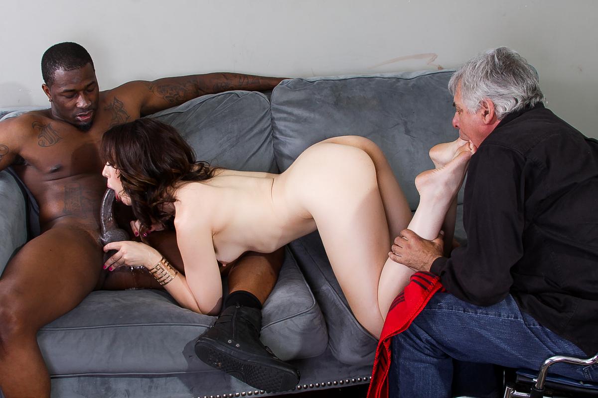 Порно привела мужу негра