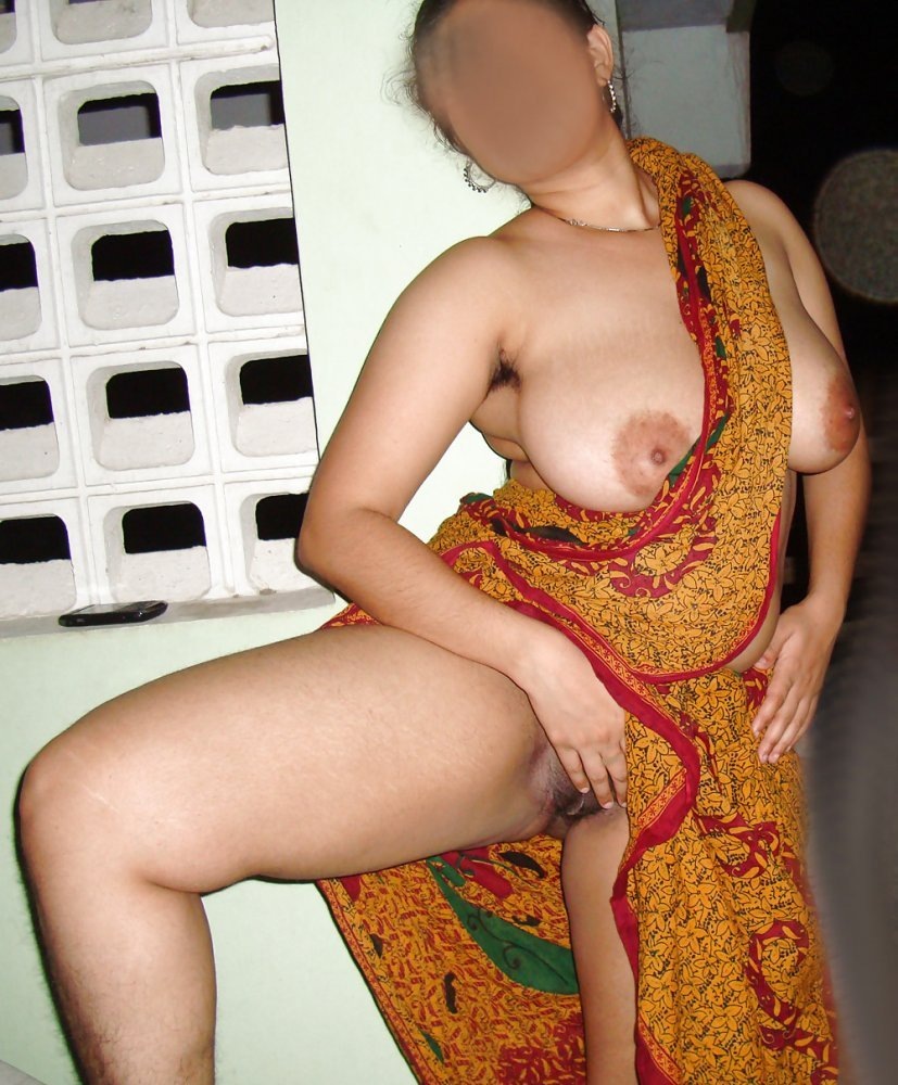 Nude aunty showin legs in sari has