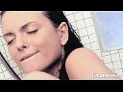 moreninha toma banho e se masturba
