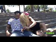 Putinha gostosa trepando no parque com um macho