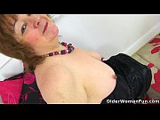 Picture British granny Susan feeds her hungry cunt w...