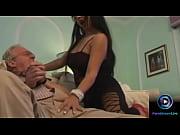 Neta gostosa dando para o avô tarado