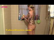 Loira tatuada mostrando seu corpo