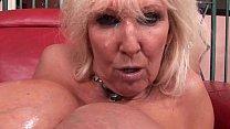 Zoon geeft zijn moeder een facial als hij sperma spuit