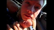 Meisje zuigt pik af in auto