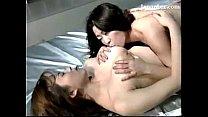 เล่นเสียวก่อนนอนกับสองสาวเลสเบี้ยน จูบปากแลกลิ้นเสียวจนน้ำเดิน