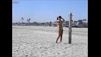 Latina gorda se exibindo na praia de nudismo