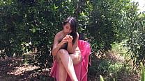 árboles entre desnuda sentada años 18 de joven Chica