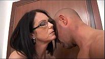 Magere moeder krijgt mond vol sperma van haar zoon