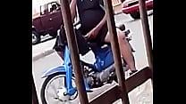carlo el dominicano se pajea en las calle, se masturba en el motor