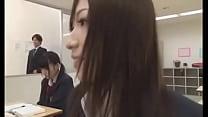 Japonesita haciendo pipí en medio de clase
