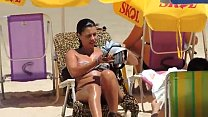 Safada se bronzeando na praia