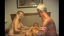 Opa neukt ondanks zijn hoge leeftijd zijn 2 kleindochters en komt klaar