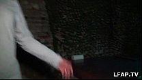 Belle mature montre ses beaux gros seins dans un sexshop