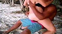 Branquinha sem pudor na praia gozando no pau preto