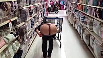 Nalgona enseña culo en supermercado 2