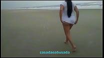 casadaeabusada sem calcinha provocando na praia