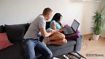 Pegando a prima peituda no sofá