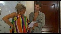 Blonde oma laat haar kut beffen door haar kleinzoon