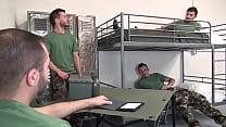 Orgia com soldados gays em alojamento