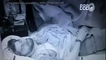 BBB16 - Renan abre a calça e pega no pau