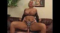 Rijpe huisvrouw zuigt het sperma uit haar zoon zijn grote penis