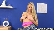 Cayla lyons uses hairbrush inside her pussy