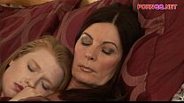 Biseksuele moeder laat haar kut beffen door haar dochter