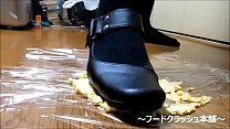 【fetish】Japanese girl food crush with Knee hi...