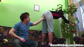 Mãe madura dando gostoso para o seu filho